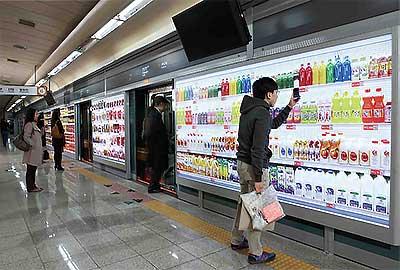 Un magasin virtuel à Séoul dans le métro . Crédit : Marko Derksen/Flickr