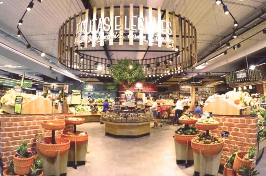 Nouvel aménagement : la zone marché iconoclaste de l'Intermarché Lagos (Portugal) à l'espace primeurs configuré en rond.